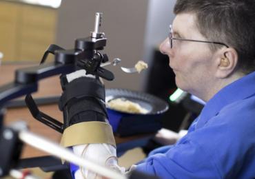 Prótese que faz 'ponte' entre cérebro e músculo devolve movimento a homem paralisado