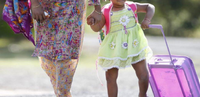 Menina de Bangladesh que nasceu com três pernas anda e corre normalmente após cirurgia