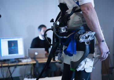 Cientistas criam exoesqueleto robótico que evita quedas de idosos