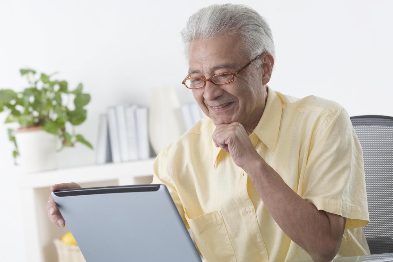 Resultado de imagem para idoso com um tablet