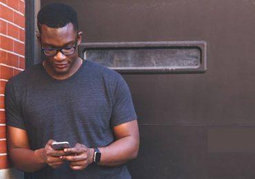 Impacto do Uso do Smartphone em Punho e Mão de Estudantes Universitários: Um Estudo de Revisão